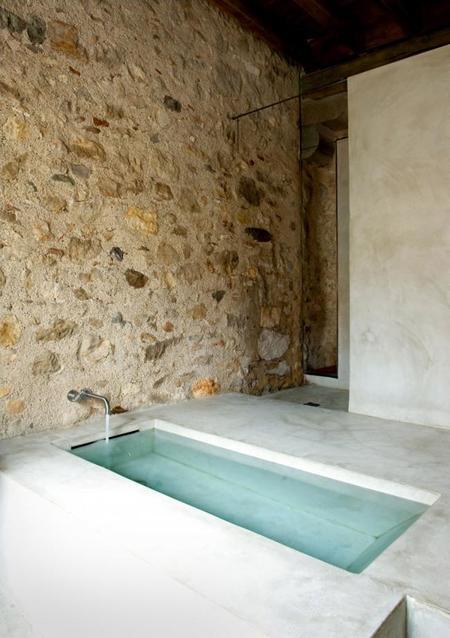 Baños Microcemento Pulido:Para este verano hermosos baños muy básicos, casi espartanos con la