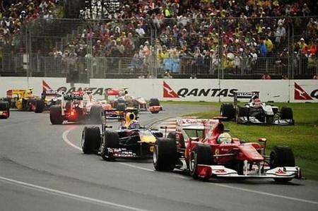 Fernando Alonso en medio de la pista tras el trompo en el GP de Australia 2010