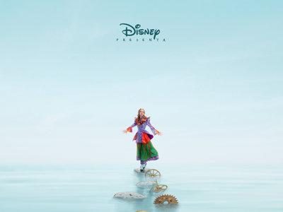 Alicia ha crecido y se atreve a cruzar el espejo: la última aventura en el país de las maravillas de Disney