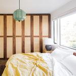 Antes y después: un dormitorio principal con baño en suite y vistas a la naturaleza