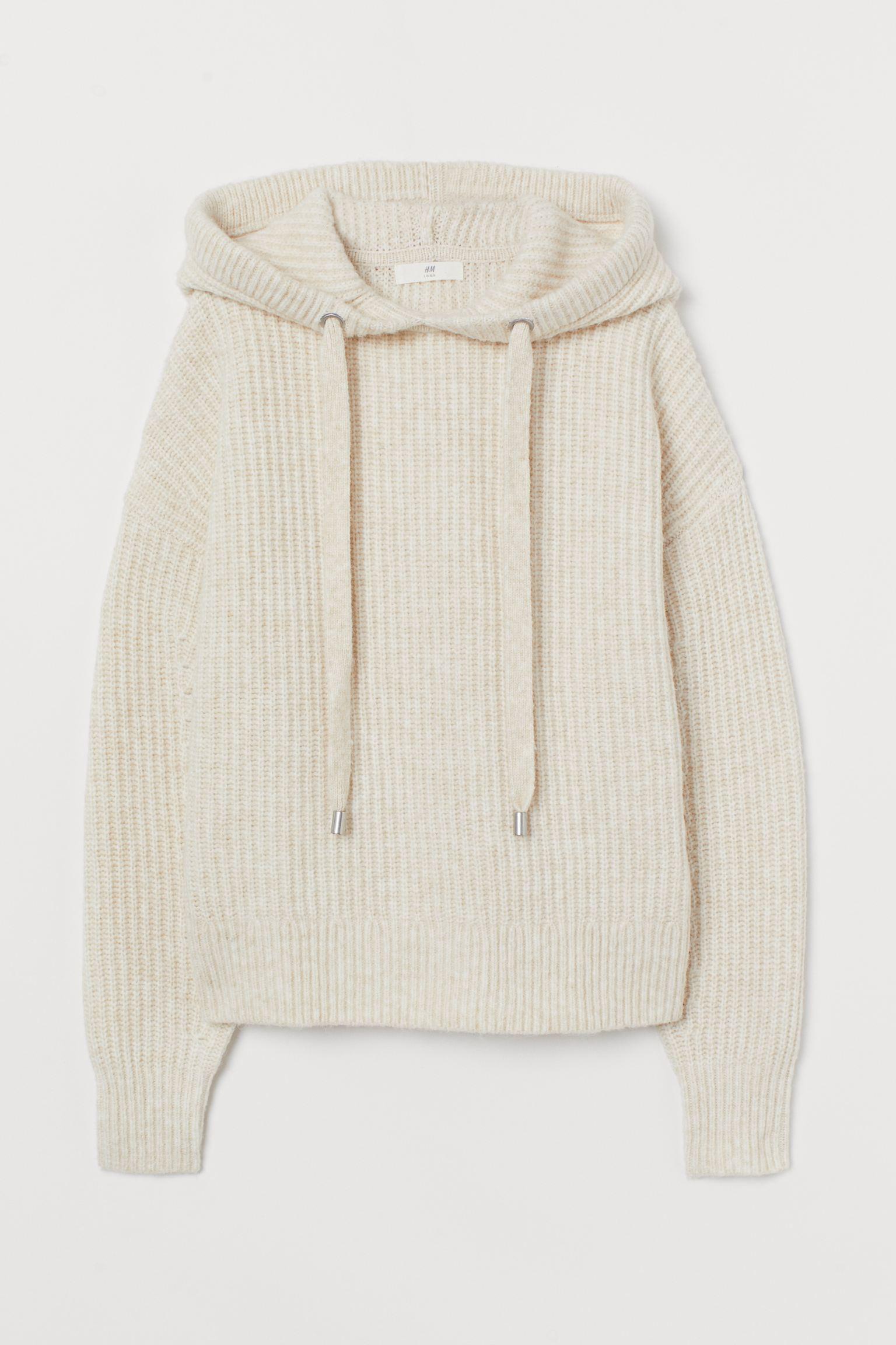 Jersey en punto de canalé suave con lana en la trama. Modelo de corte relajado con hombros caídos, capucha con cordón de ajuste y remate de canalé en puños y bajo. Confeccionado con poliéster reciclado.