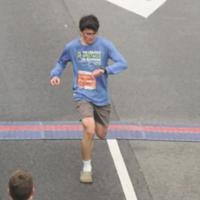 Ni zapatillas amortiguadas ni minimalistas: estos runners corren con Crocs (y corren muy rápido)
