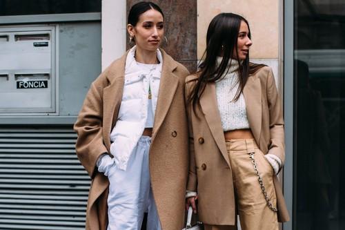 Pantalón de color blanco o beige: 13 looks para combinarlo esta primavera