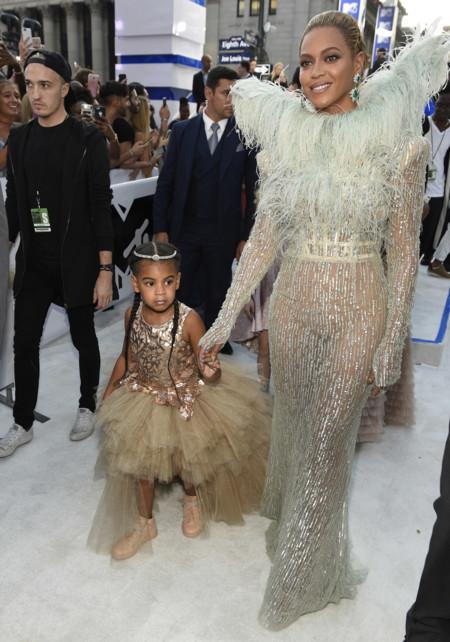 ¿Llevar a una niña a la alfombra roja? Beyoncé apareció de la mano de su hija que vestía un traje de 9.800 euros