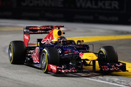 Sebastian Vettel y Jenson Button reciben la llamada de los comisarios