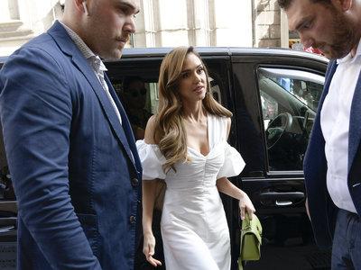 Este es el vestido veraniego y de color blanco que ha llevado Jessica Alba y que vas a querer con todas tus fuerzas