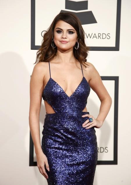 Selena Gomez saca su lado más diva sobre la alfombra roja de los premios Grammy 2016