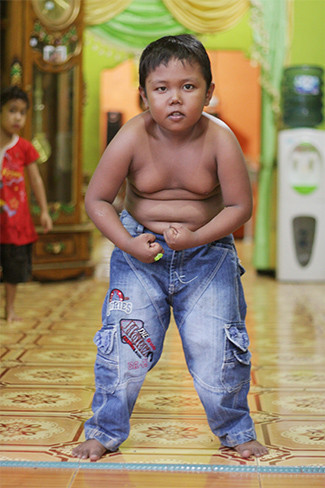 El niño fumador con sobrepeso