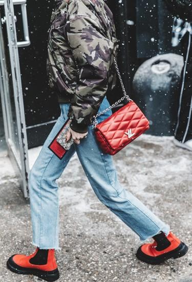 Duelo de estilos: las botas rojas de Céline que más triunfan