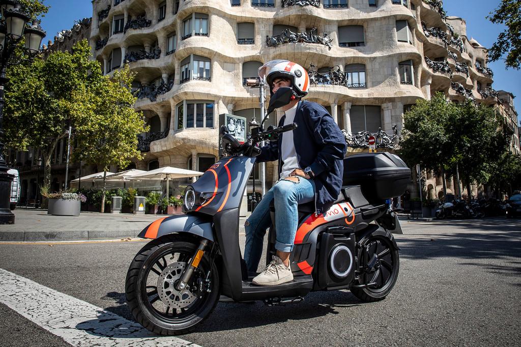 SEAT MÓ, el servicio de motosharing de SEAT, se estrena en Barcelona con más de 600 eScooters y medidas de higiene ante el COVID