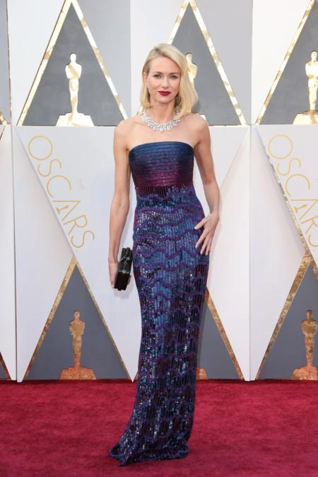 Naomi Watts nos enseña cómo triunfar en la alfombra roja de los Oscar con melena midi y labios burdeos