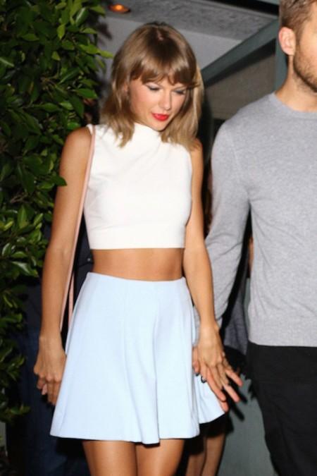 Taylor Swift nos muestra cómo un lucir un crop top en una cita romántica