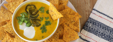 Crema de queso y jalapeños para acompañar los nachos