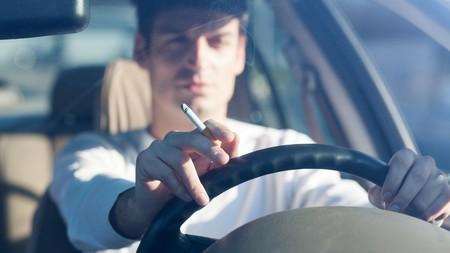 Cataluña prohibirá fumar en coches privados en 2020, medida que también se ha planteado recientemente Sanidad