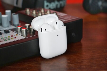 AirPods con monitoreo de temperatura y postura: Apple explora integrar nuevas funciones de salud a próximos audífonos, según WSJ