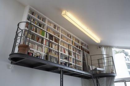 buena idea para viviendas de techos altos una libreria en lo alto.jpg