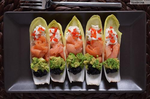 Endivias rellenas de salmón, queso y aguacate: receta de picoteo saludable