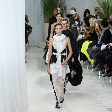 Loewe sube a la pasarela de París los vestidos que todas suspiraremos por llevar la próxima primavera