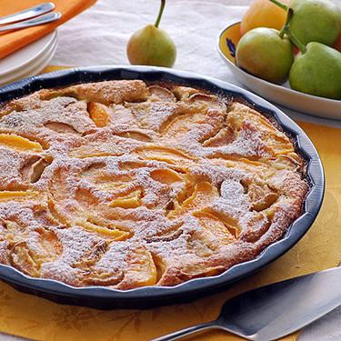 Pastel flaugnarde de peras de San Juan y albaricoques: receta de postre de verano