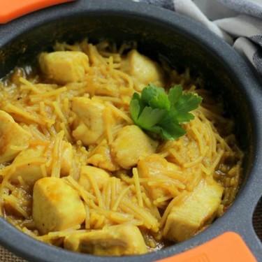 Fideos encebollados con pollo al curry, deliciosa receta rápida