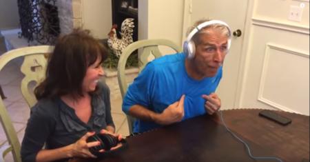 """Curiosa forma de anunciarles a tus padres que van a ser abuelos: jugando al """"reto del susurro"""""""
