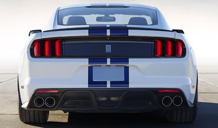 Ford Mustang Shelby GT350: ahora, en un vídeo que suena a gloria y en otro que no