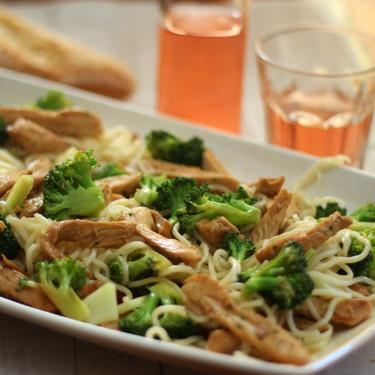 Noodles con brócoli y pollo, ideales para introducir más verdura en la dieta de nuestros hijos