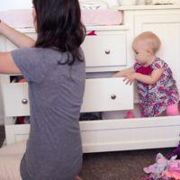 La bebé que no deja a su madre hacer las tareas de la casa, ¿os suena de algo?
