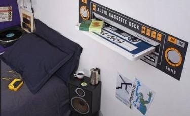 Una estantería con forma de cassette
