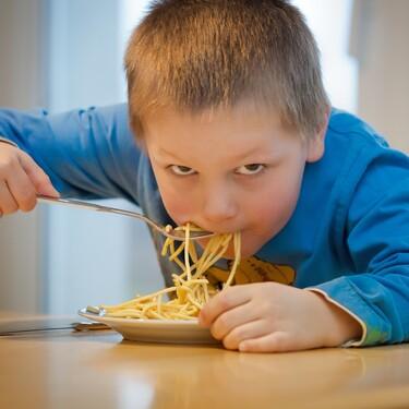 Mi hijo come con ansiedad y parece que nunca está saciado: el por qué y cómo evitarlo