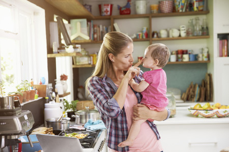 Madre Con Bebe Cocina