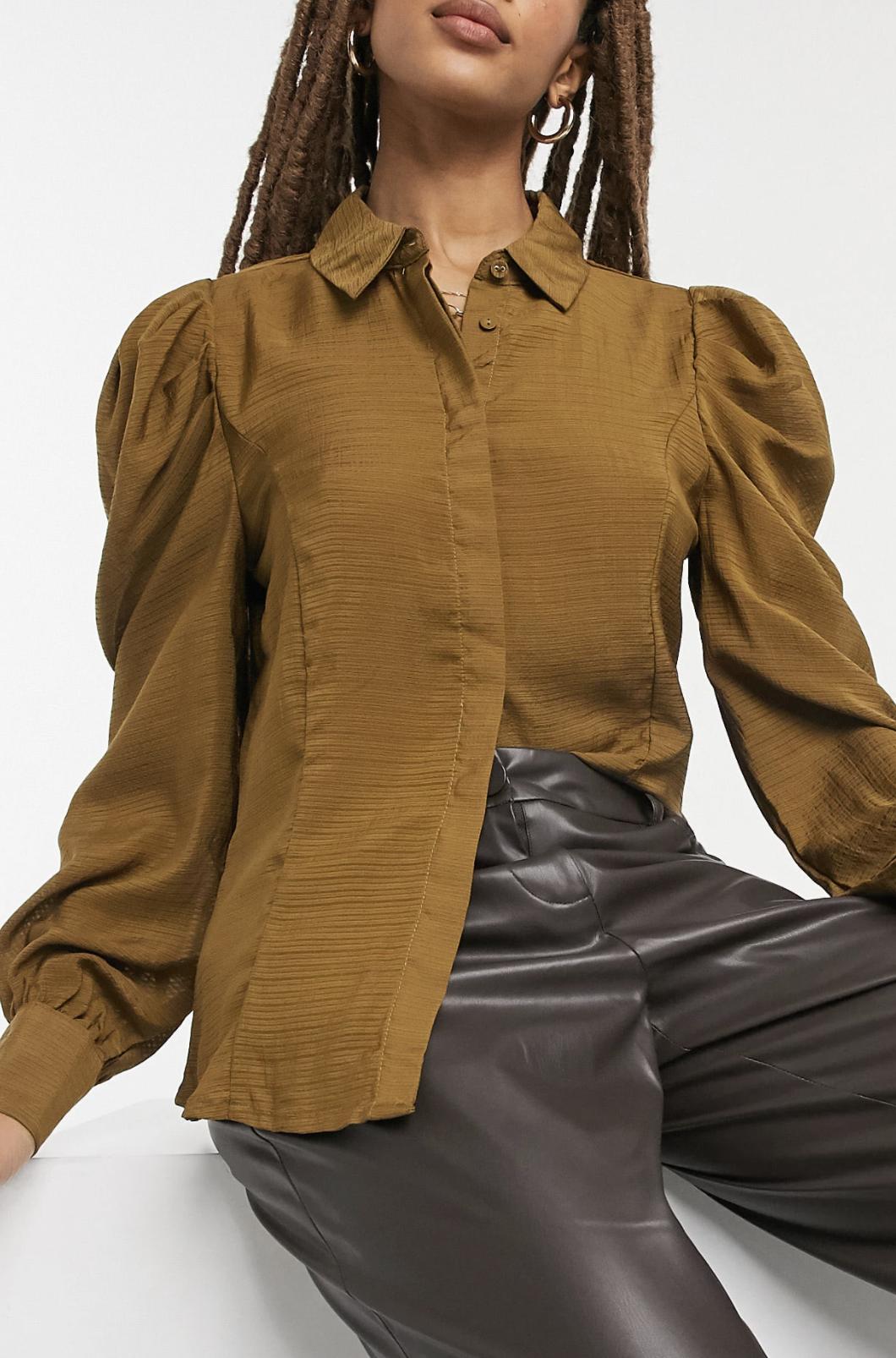 Camisa en color verde oliva con textura y detalle en las mangas de Vila