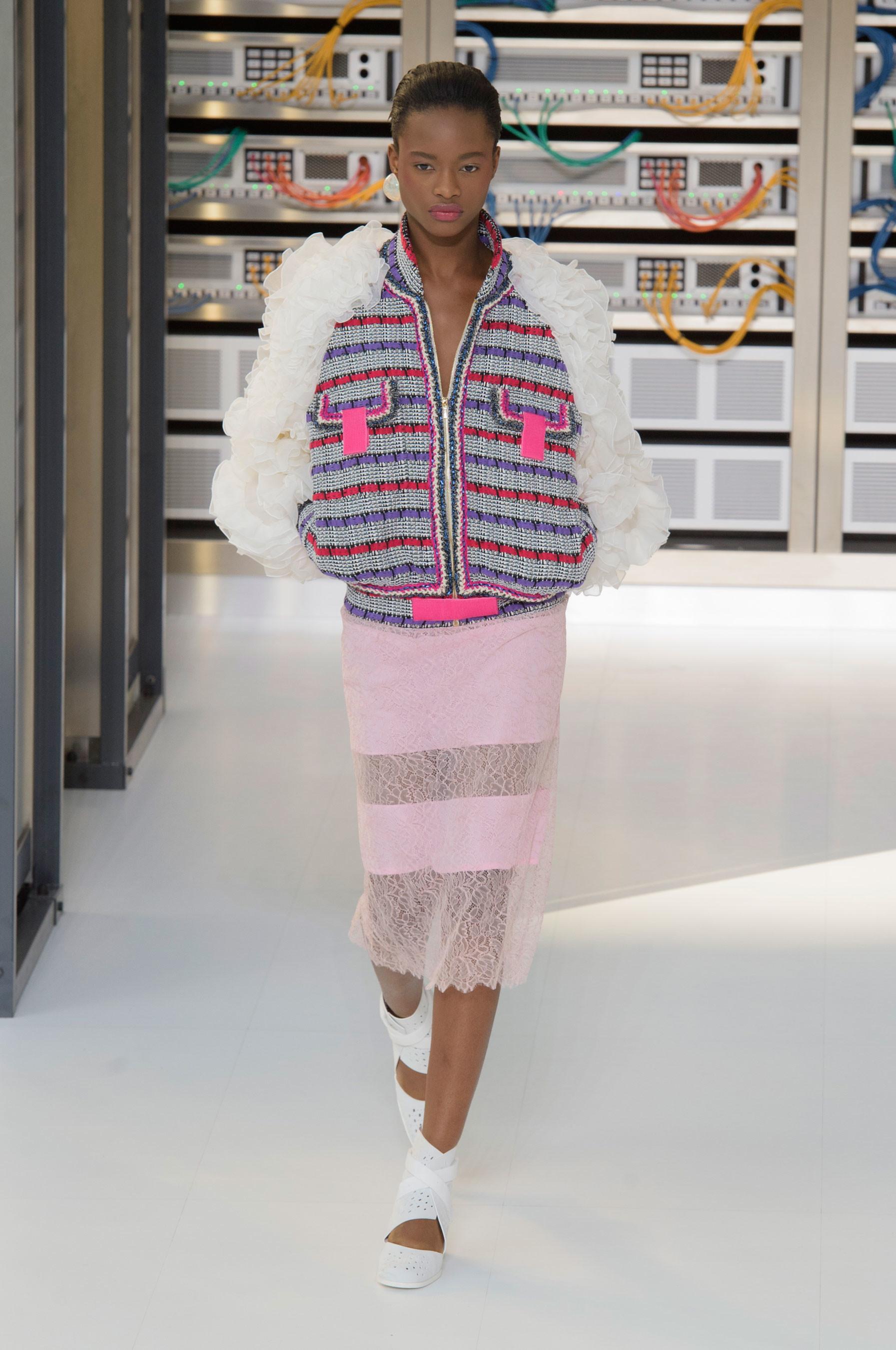 Foto de El regreso al futuro de Chanel en su colección Primavera-Verano 2017 (14/96)