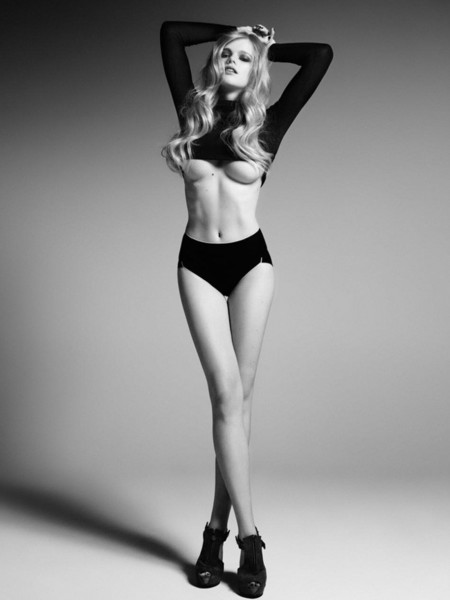 Topless Valerie van der Graaf