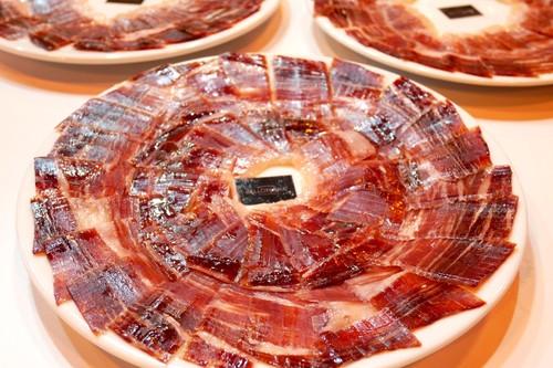 Cómo catar el jamón ibérico (y por qué nunca se debe tomar con vino tinto)