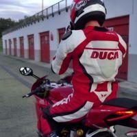 Siéntete como un piloto oficial de Borgo panigale. Este es el mono Ducati Corse D|air