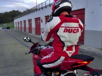 Siéntete como un piloto oficial de Borgo panigale. Este es el mono Ducati Corse D air