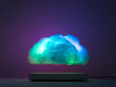 Esta lámpara-nube LED flotará en tu salón con diferentes juegos de luces de colores
