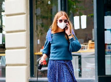 Olivia Palermo se apunta a la tendencia de las faldas plisadas y zapatillas, una combinación casual perfecta