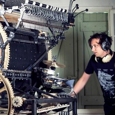 Este músico sueco está usando 2.000 canicas para construir un mega instrumento casero y lo cuenta paso a paso en YouTube