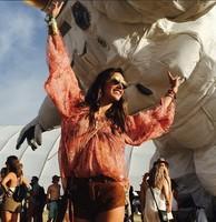 Alessandra Ambrosio se lleva a la peque de festival... y le caen por todos lados