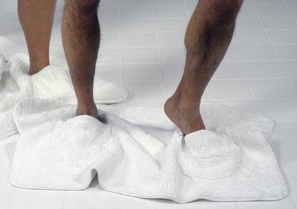 Alfombra de baño con zapatillas incorporadas
