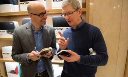 Tim Cook defiende el diseño de la nueva funda Smart Battery Case mientras la competencia se mofa de ella