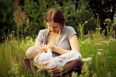 Facebook y las fotos de madres amamantando a sus bebés