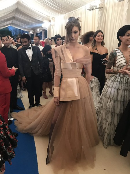 Gigi Hadid no deja indiferente a nadie en su paso por la Gala MET 2017