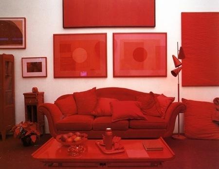 Un salón en blanco y rojo.