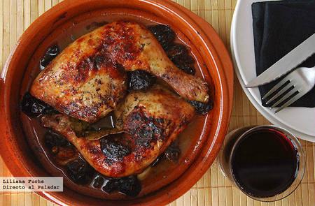 Receta de pollo asado caramelizado con ciruelas, puro placer al horno