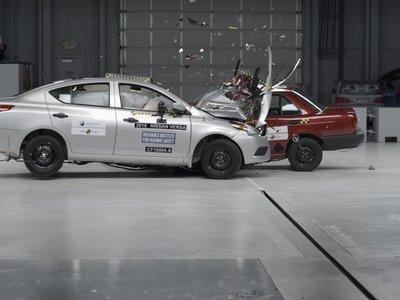 Crash Test Nissan Tsuru vs Versa, cuando los hermanos se encuentran de frente…a 64 km/h