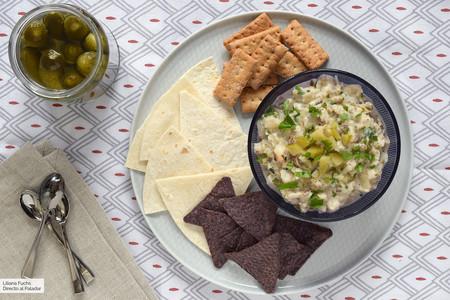 Aperitivo de berenjena con yogur y pepinillos: receta de dip saludable para mojar o devorar a cucharadas