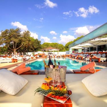 Las mejores vistas y mobiliario de exterior de diseño se combinan en los clubs de playa Nikki Beach
